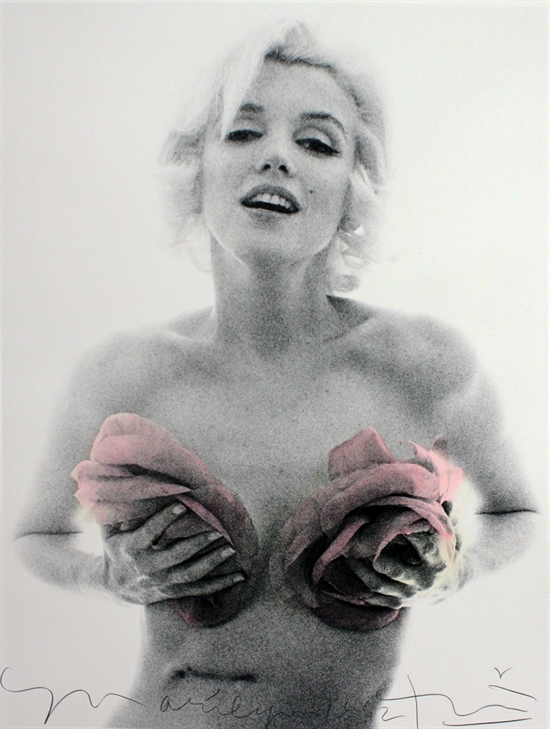 bert-stern-marilyn-monroe-with-pink-roses-from-the-last-sitting-photographs-pigment-print-zoom_550_729